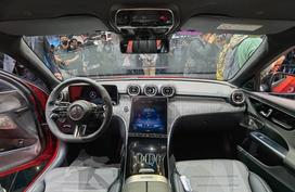 【奔驰全新一代C级长轴距车型亮相2021上海车展!】2021上海车展,全新一代奔驰C级长轴版车型首发亮相。相比标准版车型,轴距增加了89mm,达到2954mm,同时对比现款长轴车型增加了34mm,进一步提升车内空间。新车沿用了海外版车型的风格,前脸采用了与新S级类似的设计语言。多边型的大灯,内部配备L型日间行车灯,前进气格栅也采用了当下奔驰家族化的倒梯形设计。同时,国产车型将继续提供立标的版本,从海外发布的官图来看,立标版本的全新一代C级将为中国市场独有。尺寸方面,新车长宽高分别为4882/1820/1461mm,轴距为2954mm。而老对手宝马3系长轴版的轴距为2961mm,奥...