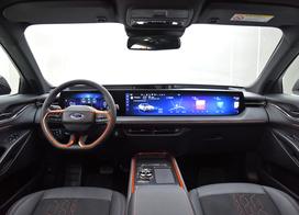 【福特全新车型EVOS正式全球首发!】2021上海车展,长安福特旗下全新车型EVOS正式全球首发,新车基于FNV智能互联全网架构打造,车身采用了跨界风格的造型。外观方面,新车采用了福特当下的家族式八边形进气格栅,类似的造型我们在锐际上也可以看到。侧面造型是新车最大的特点,采用了运动感十足的溜背式设计,同时再搭配纯黑配色的轮圈。目前官方透露的信息不多,已知的是新车将采用大尺寸一体式屏幕,宽度达到1.1米,并采用12.3寸数字仪表+27寸4k中控屏,同时几乎没有物理按键。除此之外,据官方介绍新车还将搭载SYNC 2.0系统。