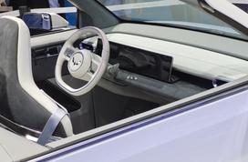 【MINIEV敞篷版车型发布!】2021上海车展,上汽通用五菱带来了宏光MINIEV家族的最新款车型——MINIEV CABRIO,也就是敞篷版车型。新车基于普通版MINIEV打造,其最大的特点就是采用了一套软顶敞篷机构,官方表示新车将会在2022年正式量产。虽然目前还不知道售价如何,但可以确定的是它将大幅度降低敞篷车型的门槛,或将成为有史以来最便宜的敞篷车。敞篷版MINIEV的整体比例并没有太大改变,依然是Q萌短小的风格。不过区别是新车在前脸、大灯、车门等位置都做出了改变,看上去更为精致。车尾部分的黑色饰板和车头相呼应,软顶敞篷收起后与车身几乎持平,看起来非常美观。除...