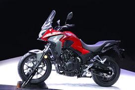 """在这次2021上海车展上,本田发布了5款中、大排量摩托车。其中Honda DreamWing(进口大贸)3款,分别是售价为15.79万元的""""旗舰型""""踏板车NSS750(Forza),采用745cc双缸水冷发动机,匹配DCT变速箱;搭载1084cc双缸水冷发动机的复古巡航车CM1100,该车匹配MT与DCT两款变速箱,售价分别为15.89万和16.99万元;还有搭载了998cc直列4缸发动机的""""旗舰""""级别运动街车-CB1000R,两款配置分别为20.88万和19.38万元。而Honda Wing(国产)则是发布了CB400X、CB400F两款中排量车型。对摩托车感兴趣的朋友,可以在车展期间去本田的展台看一看哦。"""