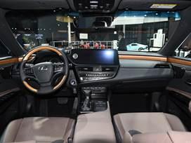 【新款雷克薩斯ES正式上市,售價29.49萬元起!】新款雷克薩斯ES車型正式上市了,共推出10款車型,售價區間為29.49萬-48.89萬元。由于是中期改款車型,新車的變化并不大,僅在外觀的一些細節處和配置方面做出了調整。動力方面,依舊是173馬力的2.0L自吸發動機、207馬力的2.5L自吸發動機,以及218馬力的2.5L自吸+單電機的混動系統。