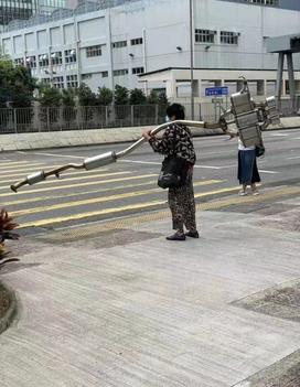 阿婆走得快,肯定有古怪。大家猜猜这个是哪个车的排气管?